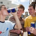 B4GC9N Binge Drinking Boys Drunk Lager Teenage Teenagers