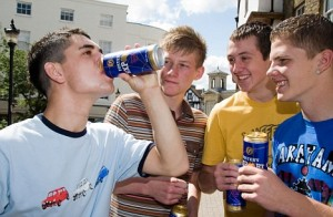 B4GC9N Binge Drinking Boys Drunk Lager Teenage Teenagers